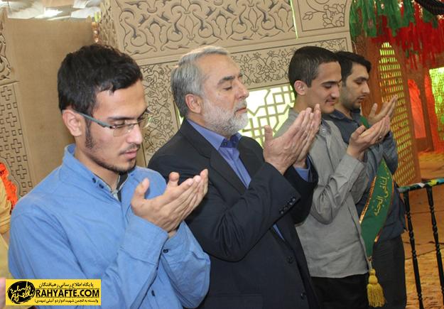 رجبی دوانی در حال نماز
