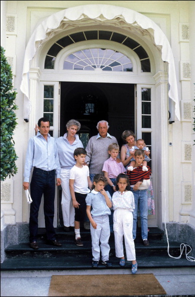 ITALY - JULY 16: Close-up Giovanni Agnelli and family In Turin, Italy On July 16, 1986-With wife Marella, children and grandchildren. (Photo by Laurent SOLA/Gamma-Rapho via Getty Images)